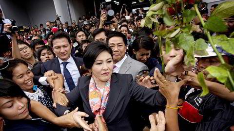 BAD LUCK. Den avsatte statsministeren Yingluck Shinawatra møtte sine tilhengere etter at grunnlovsdomstolen offentliggjorde sitt vedtak. Foto: Pornchai Kittiwongsakul, AFP/NTB Scanpix