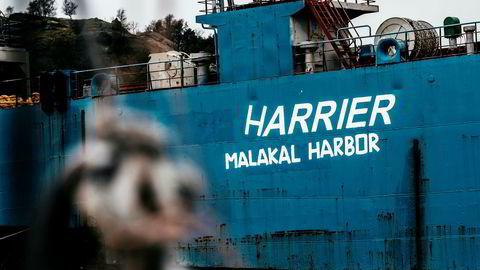 Skipet «Harrier» fra da det lå i Spindsfjorden utenfor Farsund. Skipet skulle gi penger i havnekassen, men har mest skapt frustrasjon i administrasjonen og blant politikere og hyttefolk.