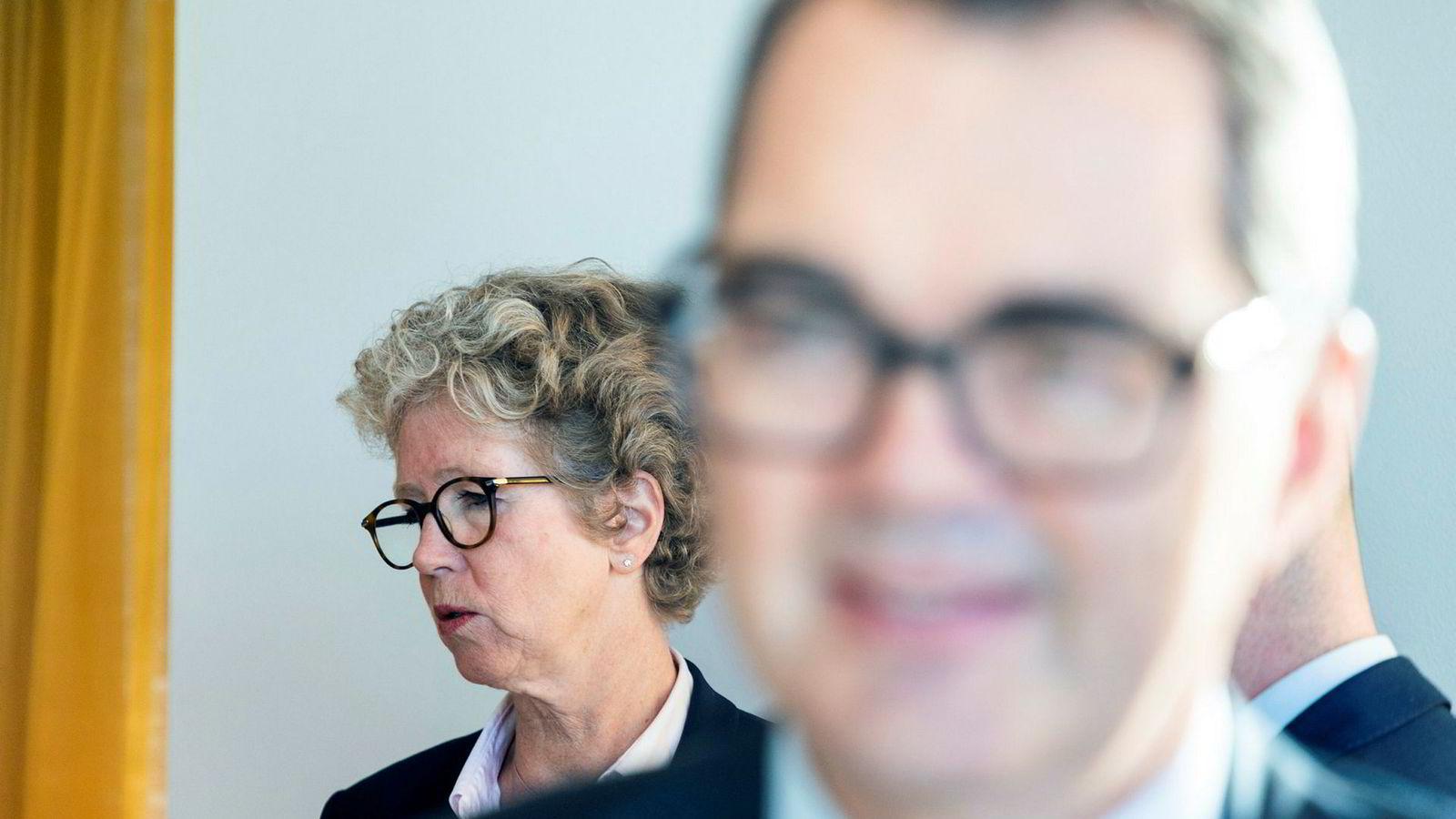 Hilde Merete Aasheim under avslutningen pressekonferansen der hun ble presentert som ny konsernsjef i Hydro. Foran avtroppende konsernsjef Svein Richard Brantdtzæg.