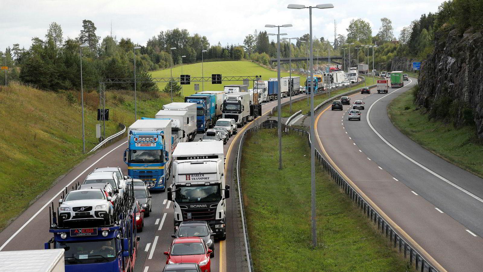 Over 30.000 norske bilister har ikke forsikring. Her er det kø ved Nordbytunnelen langs E6.