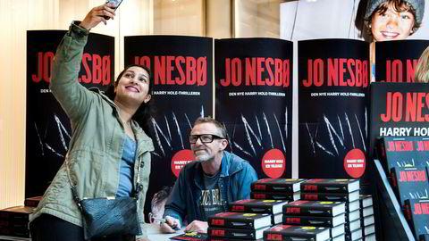 Addchayi Mahalingam kunne dra hjem med signert bok og selfie med Jo Nesbø. Jo Nesbø signerer sin nye på bok «Kniv» på Nye Sandvika Storsenter.