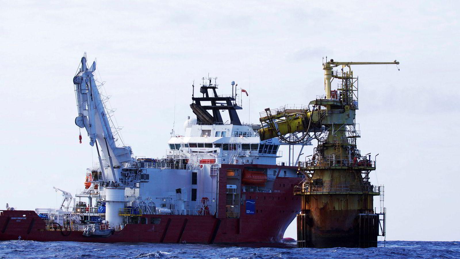 Dykker- og installasjonsfartøyet «Skandi Singapore» er på kontrakt i Stillehavet, uten at det har hjulpet på den økonomiske situasjonen til Dof.