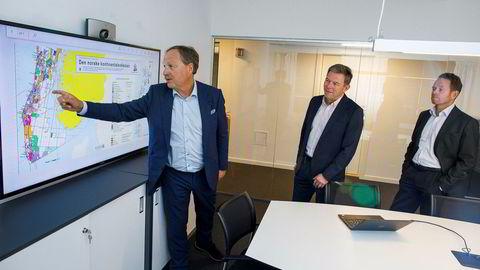 Oljeveteranen Roar Tessem (i midten) har startet nytt oljeselskap sammen med en gjeng gjengangere, Source Energy. Til venstre letedirektør Bjørn Martinsen, til høyre kommersiell direktør Lars Thorrud.