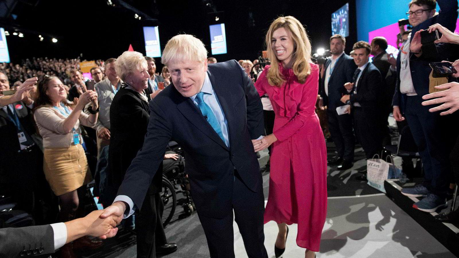 Storbritannias statsminister Boris Johnson forlater partikonferansen i Manchester sammen med samboeren Carrie Symonds etter å ha holdt sin hovedtale onsdag.