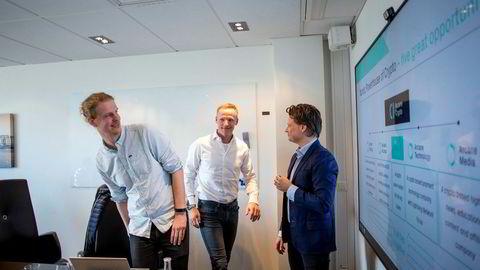 – Jeg kunne jo godt tenkt meg å handle alle disse kryptovalutaene nesten hver dag, sier investor Ketil Skorstad. Her sammen med Arcane Cryptos daglig leder Torbjørn Bull Jenssen (til venstre) og Jonatan Raknes (til høyre) i Middelborg Invest.