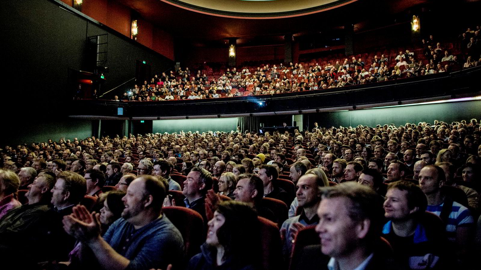 Folketeateret er en privatdrevet musikk- og teaterscene i Oslo sentrum og er i samme marked som Det Norske Teatret. Hovedproblemet er at det store skattefinansierte teateret kan tilby lavere billettpriser enn den private aktøren må ha for å overleve i markedet, med billettsalg som eneste inntekt.