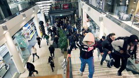 Kunder stormer inn på Sandvika Storsenter under «Black Friday»-handelen i november. Den tradisjonelle handledagen bidro til sterk omsetningsvekst for Olav Thon Gruppens norske kjøpesentre i fjor.