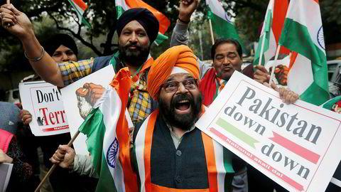 Indere i New Delhi feirer opplysningene om at indiske fly har utført et luftangrep mot en leir inne i den pakistanskkontrollerte delen av Kashmir. USA ber begge landene besinne seg.