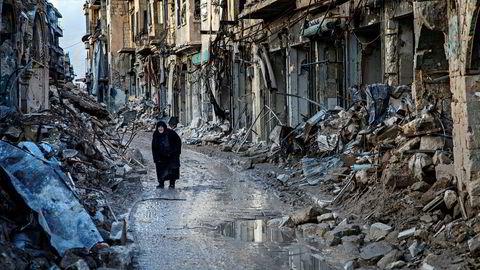 Ruiner. En gammel, svartkledd kvinne krøker seg frem langs Tillal-gaten i sentrum av Aleppo, første nyttårsdag, og ser hvordan fire års bombing, beleiring og beskytning fullstendig har rasert nabolaget som en gang var kjent for sine luksusrestauranter