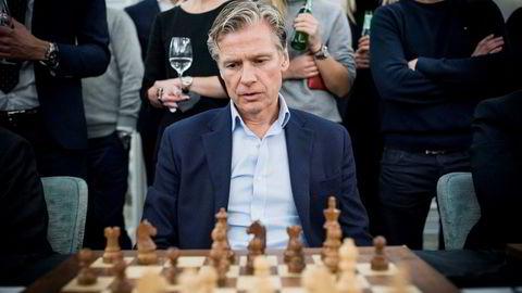Eiendomsinvestor Edgar Haugenmøtte verdensmester i sjakk Magnus Carlsen under et arrangement av Carlsens sponsor Arctic Securities i februar i år. Den mediesky investoren vil holde seg unna boligmarkedet i Oslo fremover.