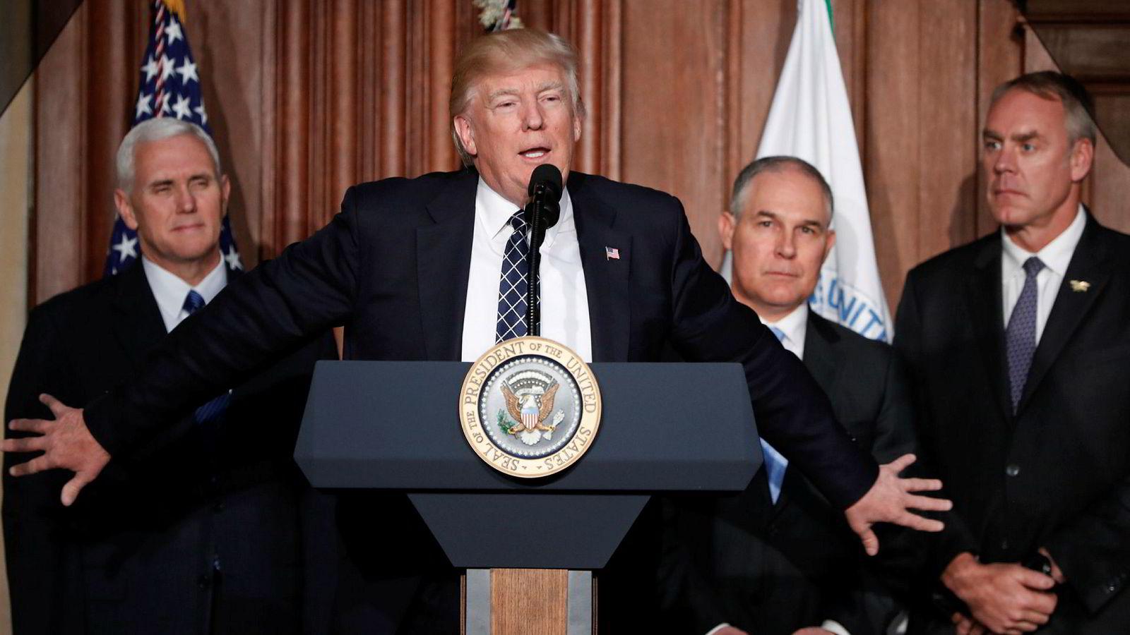 USAs president Donald Trump (i midten, foran) her avbildet sammen med visepresident Mike Pence (til venstre), klimasjef Scott Pruitt (andre fra høyre) og innenriksminister Ryan Zinke.