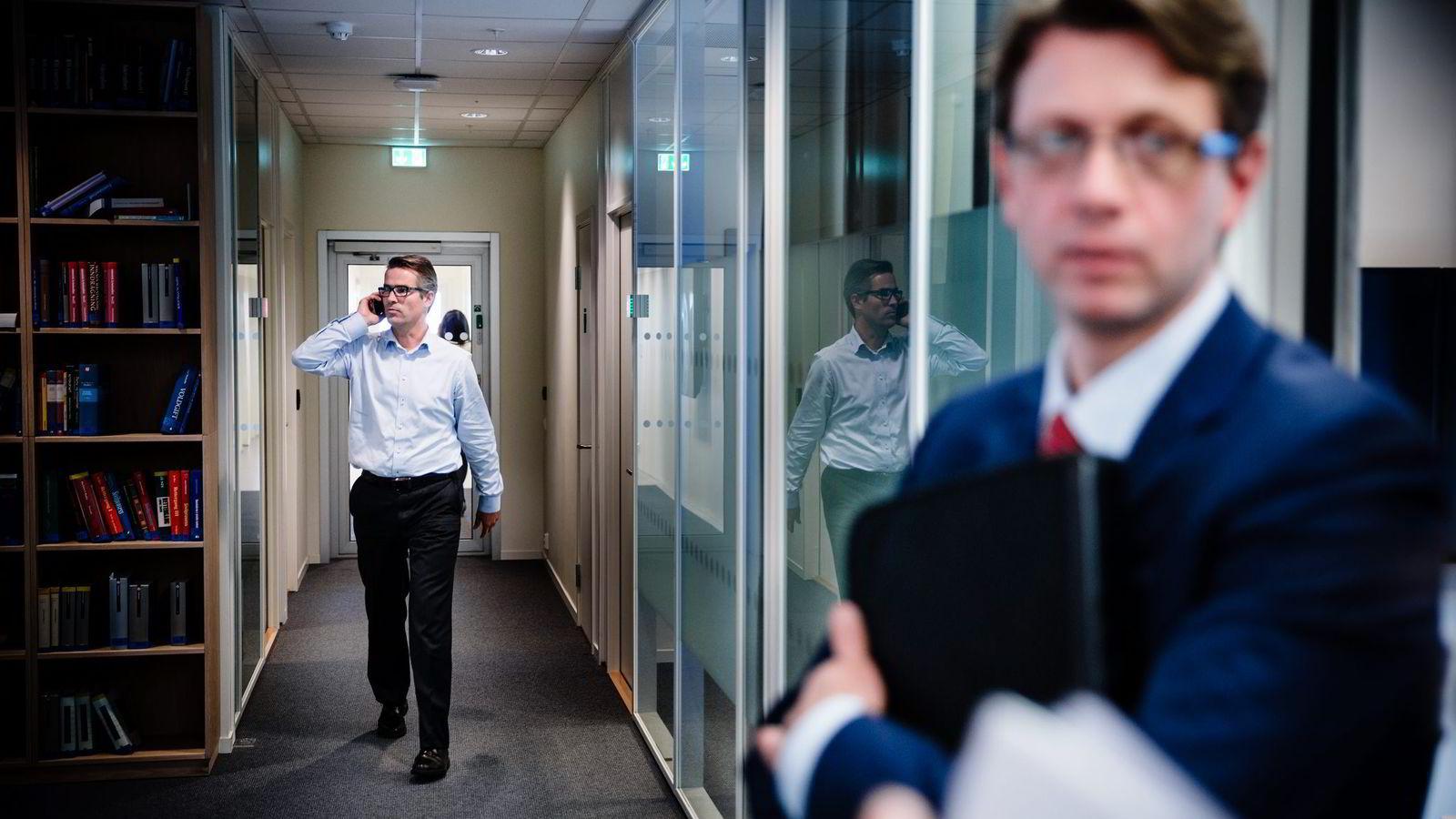 TØFFERE. Nye skatteforslag fra OECD vil føre til store endringer for multinasjonale selskaper, tror Rolf Saastad (til venstre) og Nick Pearson-Woodd i Deloitte. Foto: Per Thrana