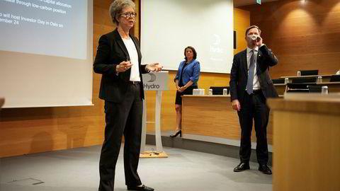 Konsernsjef Hilde Merete Aasheim (til venstre) legger tirsdag frem Hydros resultater for andre kvartal. Her med kommunikasjonsdirektør Inger Sethov og konserndirektør for Økonomi og finans Eivind Kallevik.