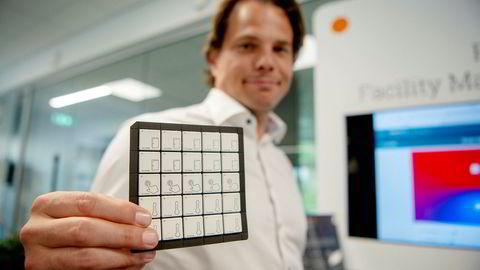 Gründer Erik Fossum Færevaag viser frem et brett med dørsensorer, som måler nærhet, trykksensorer og temperatursensorer, fra fabrikken i Tyskland, som skal kunne fjernstyres fra Norge og trykke ut inntil 10.000 sensorer i timen.