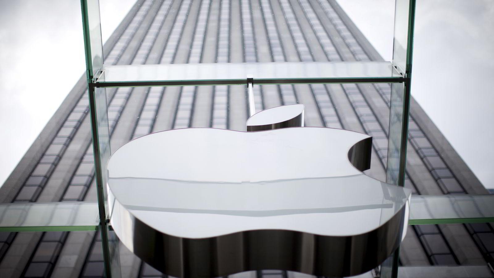 Apples logo over butikken på 5th Avenue i New York, USA. Foto: