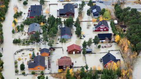 Den store vannføringen i Ottavassdraget oversvømmet hus i Skjåk. Alle fylkesveier i Skjåk var under vann. Samtidig er situasjonen kritisk for flere broer i Lom og Skjåk.