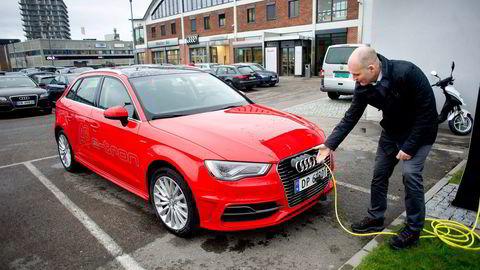 Mange nordmenn vurderer å kjøpe ladbare hybridbiler. På Ensjø i Oslo prøvekjører stadig flere Audis ladbare modell. Audi-sjef Vidar Eriksen oppjusterer nå salgsmålet for modellen, etter at bilen blir mellom 12.000 og 14.000 kroner billigere. Foto: Mikaela Berg
