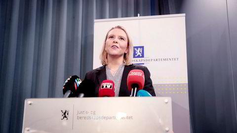Sylvi Listhaug går av som justisminister, skriver hun på egne Facebook-sider. Hun holder pressekonferanse i Nydalen i den forbindelse.