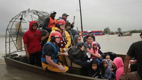 Mennesker reddes fra en flomrammet nabolag etter at orkanen Harley traff kysten nord for Corpus Christi sent fredag, lokal tid.
