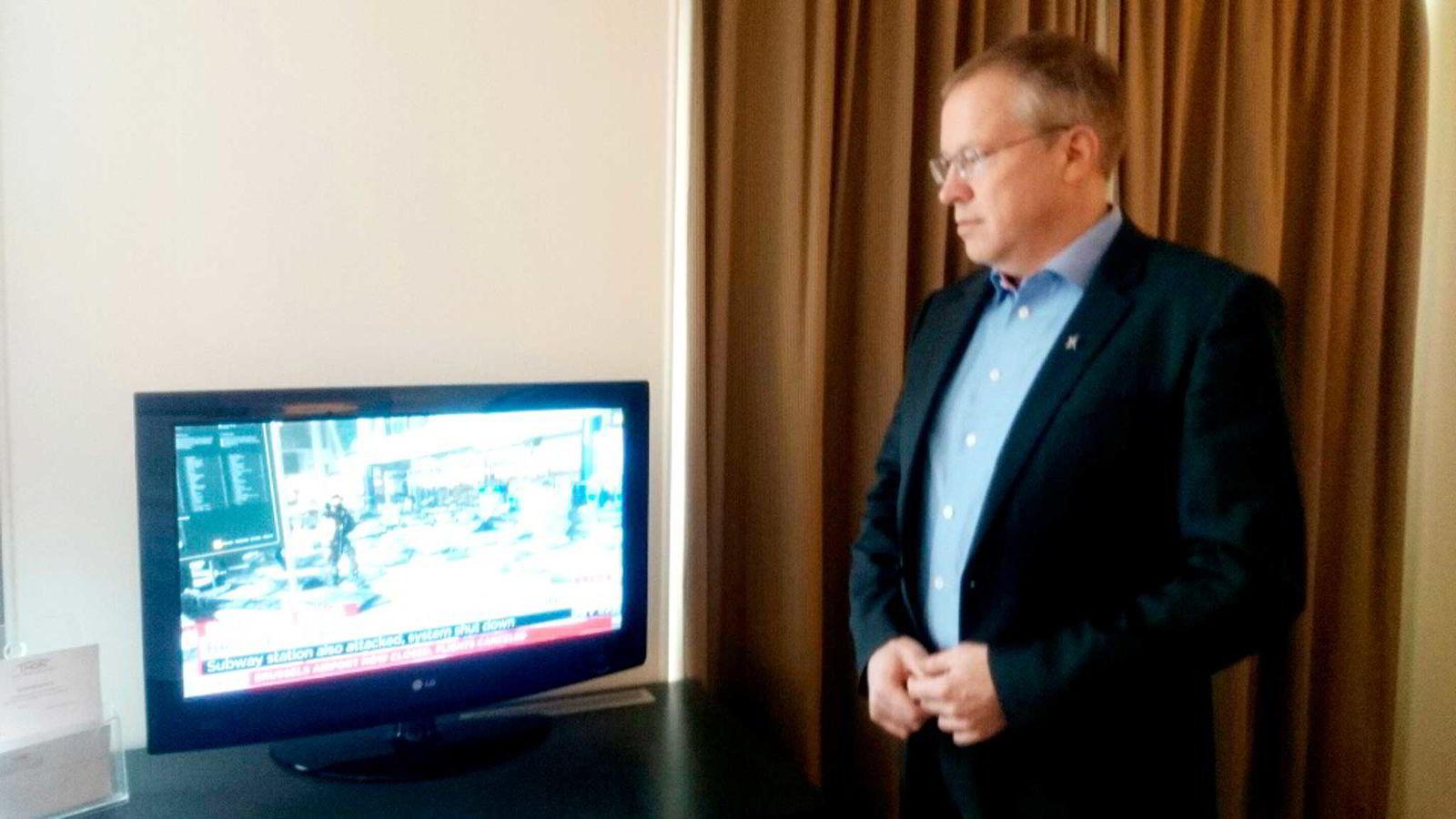 Orklas kommunikasjonsdirektør Håkon Mageli velger å holde seg inne på hotellrommet med kona, mens Brussel er preget av terroraksjonene.