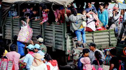 På vei hjem. I frykt for militærjuntaen har 140.000 kambodjanske fremmedarbeidere flyktet fra Thailand de siste dagene. Foto: Tang Chhin Sothy, AFP/NTB Scanpix