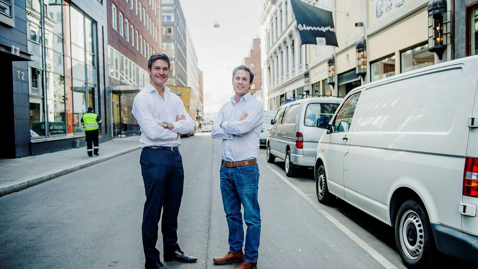 Carl Edvard Endresen (til venstre) er sjef i Uber Norge. Her sammen med Harry Proter, som er kommunikasjonssjef i Storbritannia, Irland og Norden.