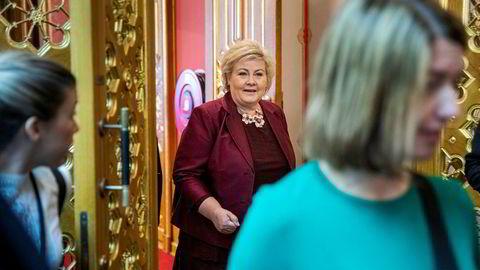 – Vi har måttet bruke handlingsrommet til de grunnleggende velferdstjenestene, sier statsminister Erna Solberg, som her er i Vandrehallen på Stortinget etter at budsjettet ble lagt frem mandag.