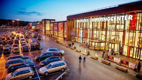 Her på Nordbysenteret ved Svinesund er Coop Øst deleier i de to gigantiske supermarkedene. Hvert år hentes 50–60 millioner kroner av disse supermarkedenes overskudd til de norske Coop-butikkene på Østlandet. Foto: Hampus Lundgren