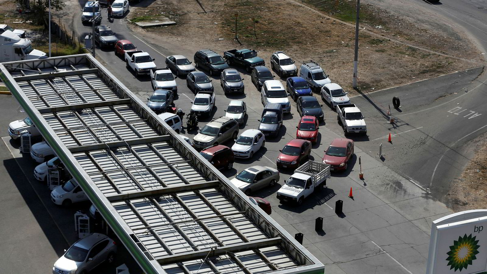 Mexico har økt overvåkingen av oljerørledninger. Det har ført til mangel på drivstoff og lange køer på bensinstasjoner. Som her i Guadalajara torsdag denne uken.