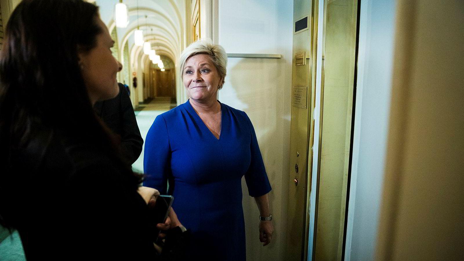 Finansminister Siv Jensen gleder seg over bedring i norsk økonomi.