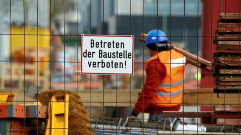 Tyskland, det største landet i EU, forbyr innleie av bemanning i bygg- og anleggsbransjen, fordi denne praksisen var i ferd med å ødelegge bransjen. Lignende tiltak bør på plass i Norge. Her en tysk anleggsarbeider i byggefirmaHochtief.