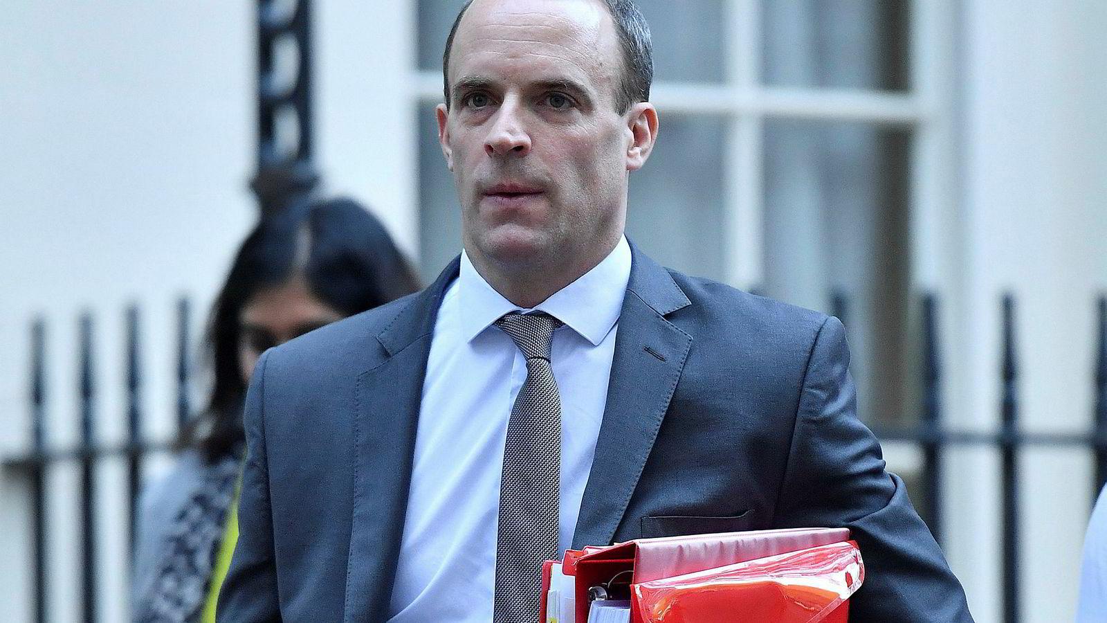 Dominic Raab nekter å stille seg bak forslaget til brexitavtale med EU og trekker seg derfor som brexitminister i den britiske regjeringen.