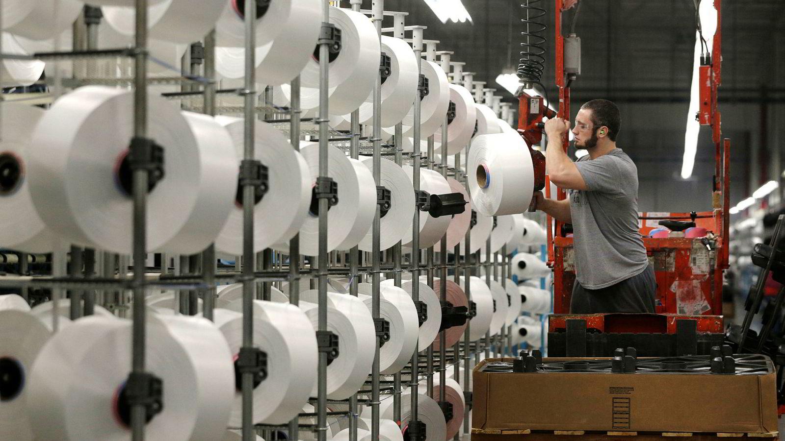 Basert på våre tall, skulle amerikanske industriarbeidere hatt over dobbelt så mye å rutte med allerede i 2004, dersom lønnsdannelsen hadde vært knyttet til produktivitetsveksten, skriver artikkelforfatteren. Her fra en fabrikk i Nord-Carolina.