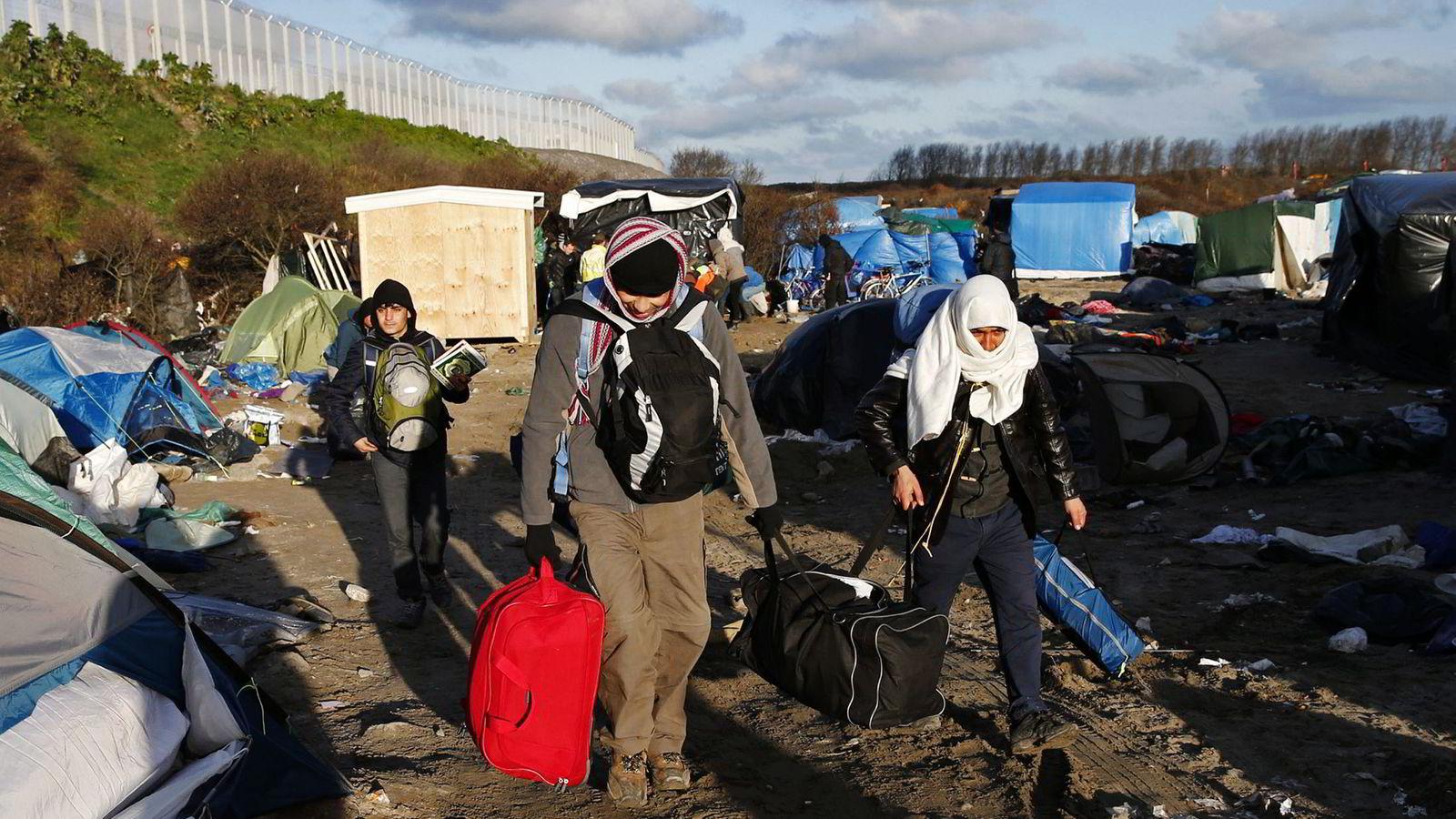 Retten til å søke om asyl er en grunnleggende menneskerett nedfelt i Verdenserklæringen. Vi står i dag overfor den største humanitære krisen siden annen verdenskrigandre verdenskrig, sier forfattererne. Her flyktninger i en leir i Calais i Frankrike. Foto: Benoit Tessier, Reuters/NTB Scanpix