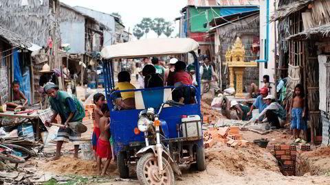 Mange kinesiske tekstilselskaper har flyttet virksomheten til Kambodsja, hvor månedslønningene ligger på 1170 kroner. Her fra området Put Angdoung utenfor Phnom Penh. Foto: Per Ståle Bugjerde