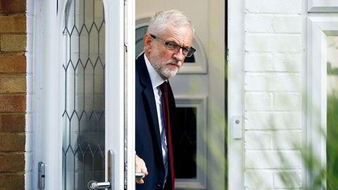 Labour-leder Jeremy Corbyn på vei ut av sitt hjem i London. Han håper nå på å flytte inn i Downing Street 10, men det er fortsatt altfor tidlig å bestille flyttebil.