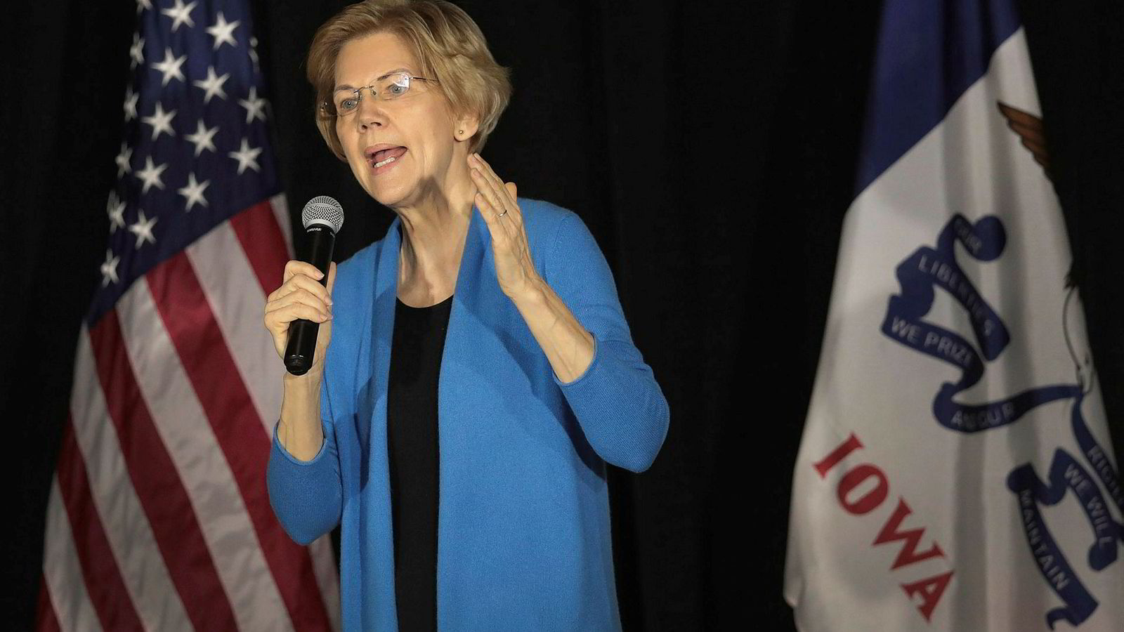 Demokraten Elizabeth Warren anla en krass tone overfor president Donald Trump da hun talte på et velgermøte i delstaten Iowa søndag.