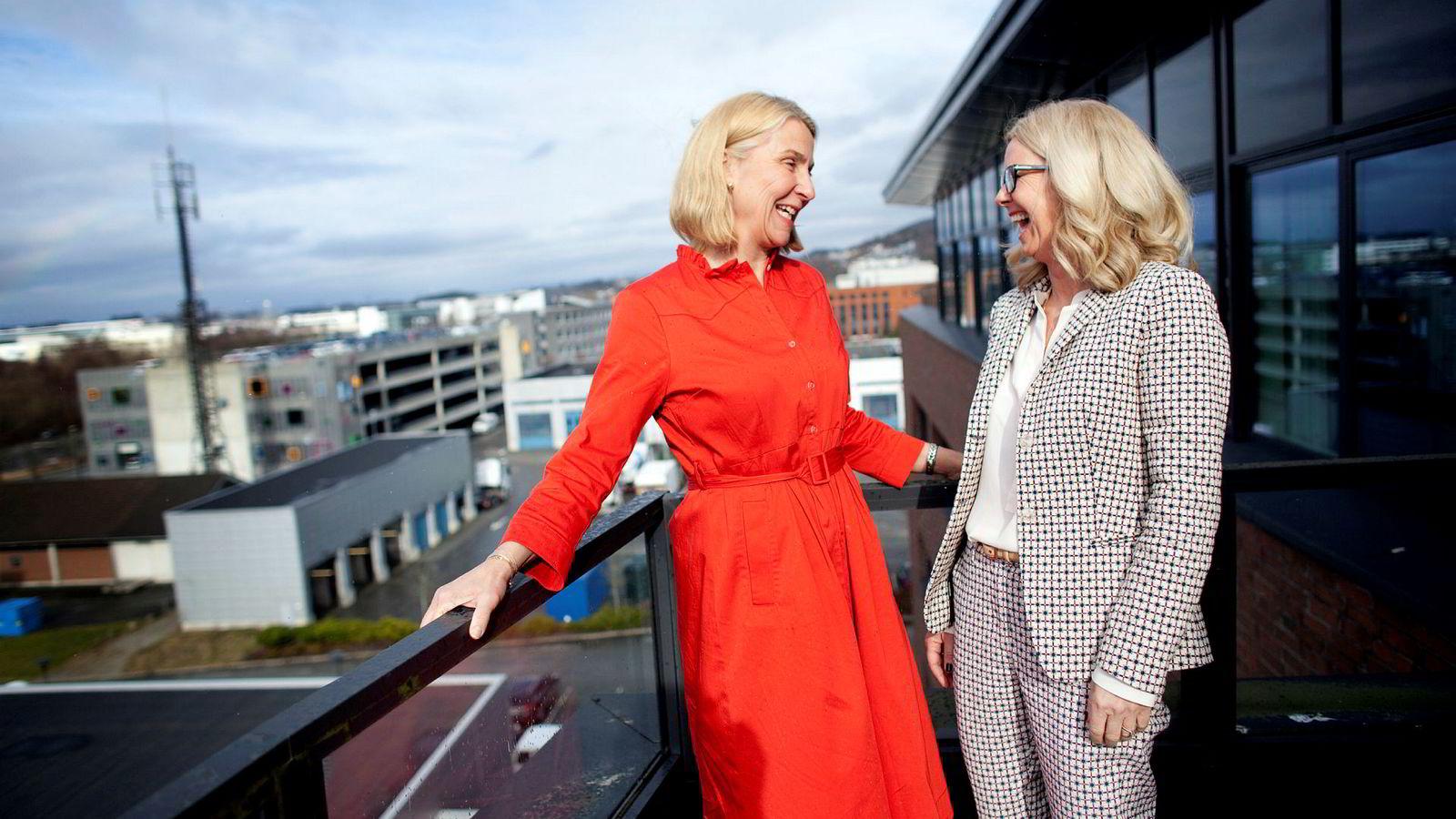 Kristin Kragseth og Kristin Færøvik er begge fra Bergen, leder hvert sitt oljeselskap og er med i styret av bransjeorganisasjonen Norsk olje og gass. Her står de på balkongen under et styremøte.