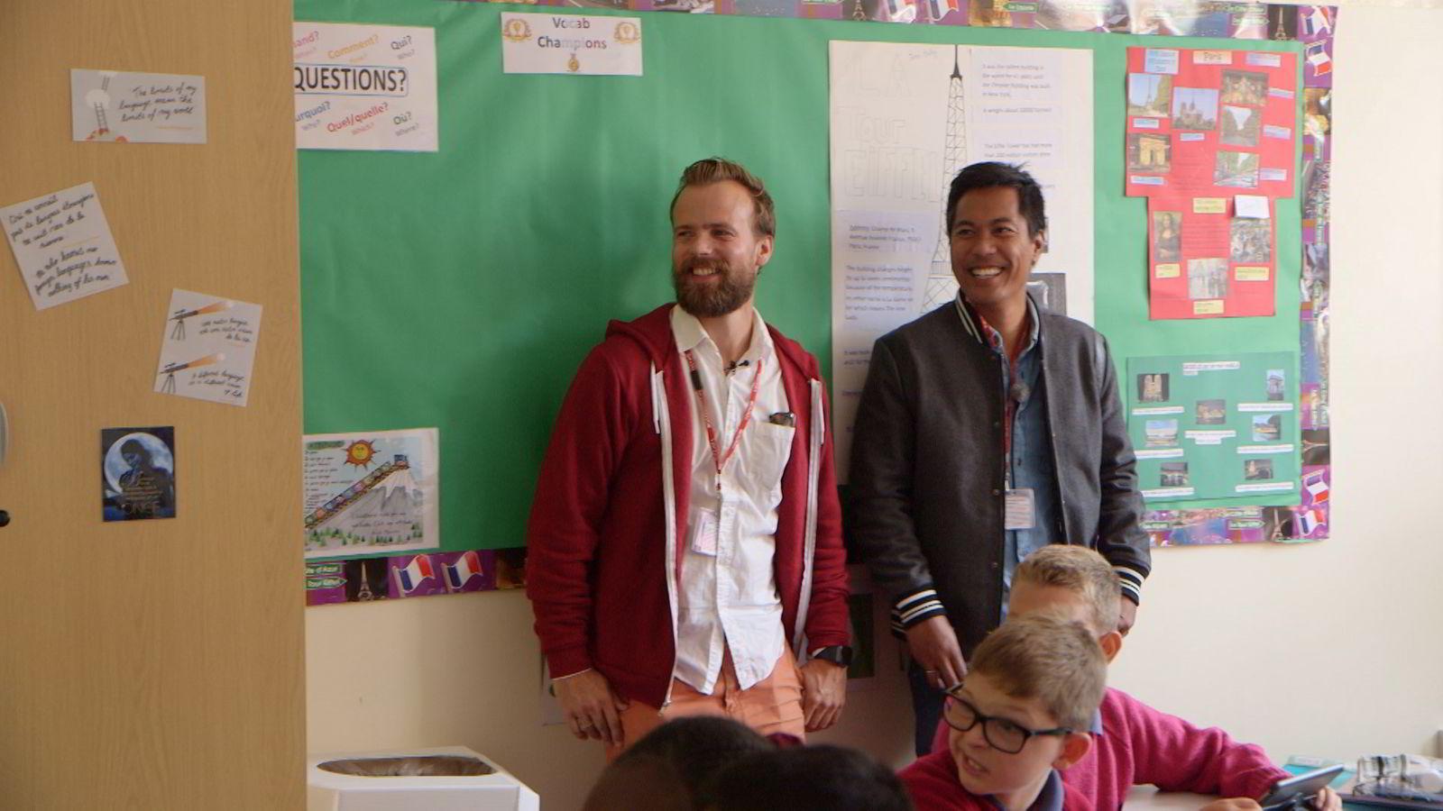 Kahoot-gründer Johan Brand og programleder i «Gründerne», Christian Strand, besøkte Kahoot-brukerne på en barneskole i London i første episode av den nye NRK-serien.