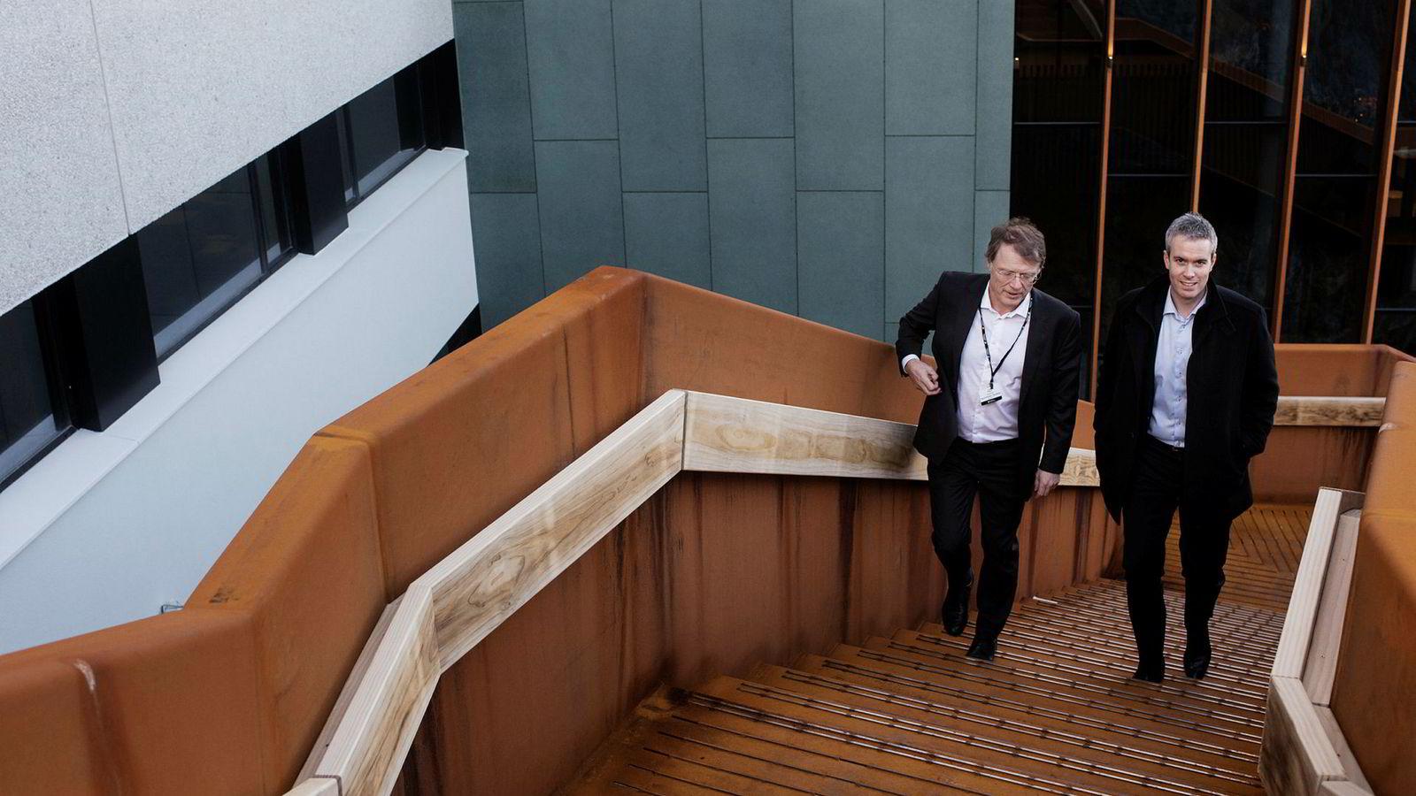 Sjefstrateg Peter Hermanrud i Sparebank 1 Markets og Skagen-forvalter Øyvind Fjell stiger opp trappene ved Atlantic Hotel. Hotellet er pusset opp for en halv milliard gjennom oljekrisen, et mulig tegn på ny vestlandsoptimisme.