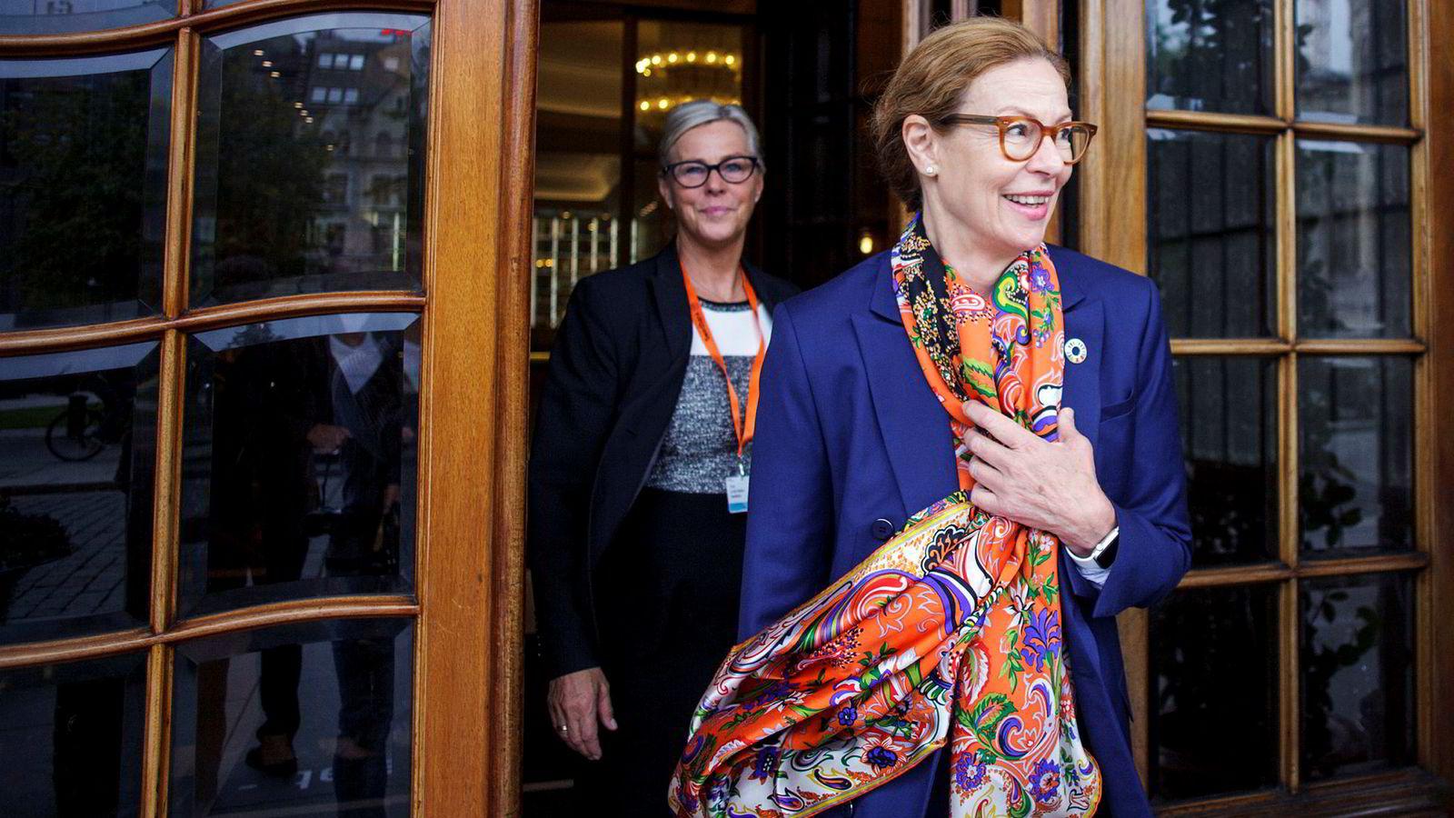 Swedbanks konsernsjef Birgitte Bonnesen (foran) har sagt at hennes bank ikke har vært innblandet i Danske Banks hvitvaskingsskandale i Estland. Bak er Tone Lunde Bakker, leder for Swedbank i Norge.