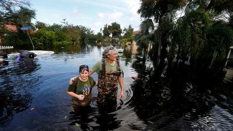 Sola skinner i Bonita Springs i Florida da innbyggere vendte tilbake for å se på ødeleggelsene fra oversvømmelsene mandag.