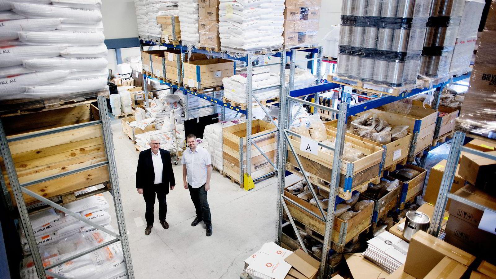 Gründer Erik Schønsee (til høyre) i Bryggselv og styreleder Trond Crame selger ølprodukter til hjemmebryggere og mikrobryggerier.