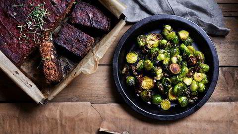 Nam. Mia Frogner gir deg oppskriftene på et vegetarisk julealternativ, nøttestek. Den serveres med ristet rosekål og gjerne mandelpoteter