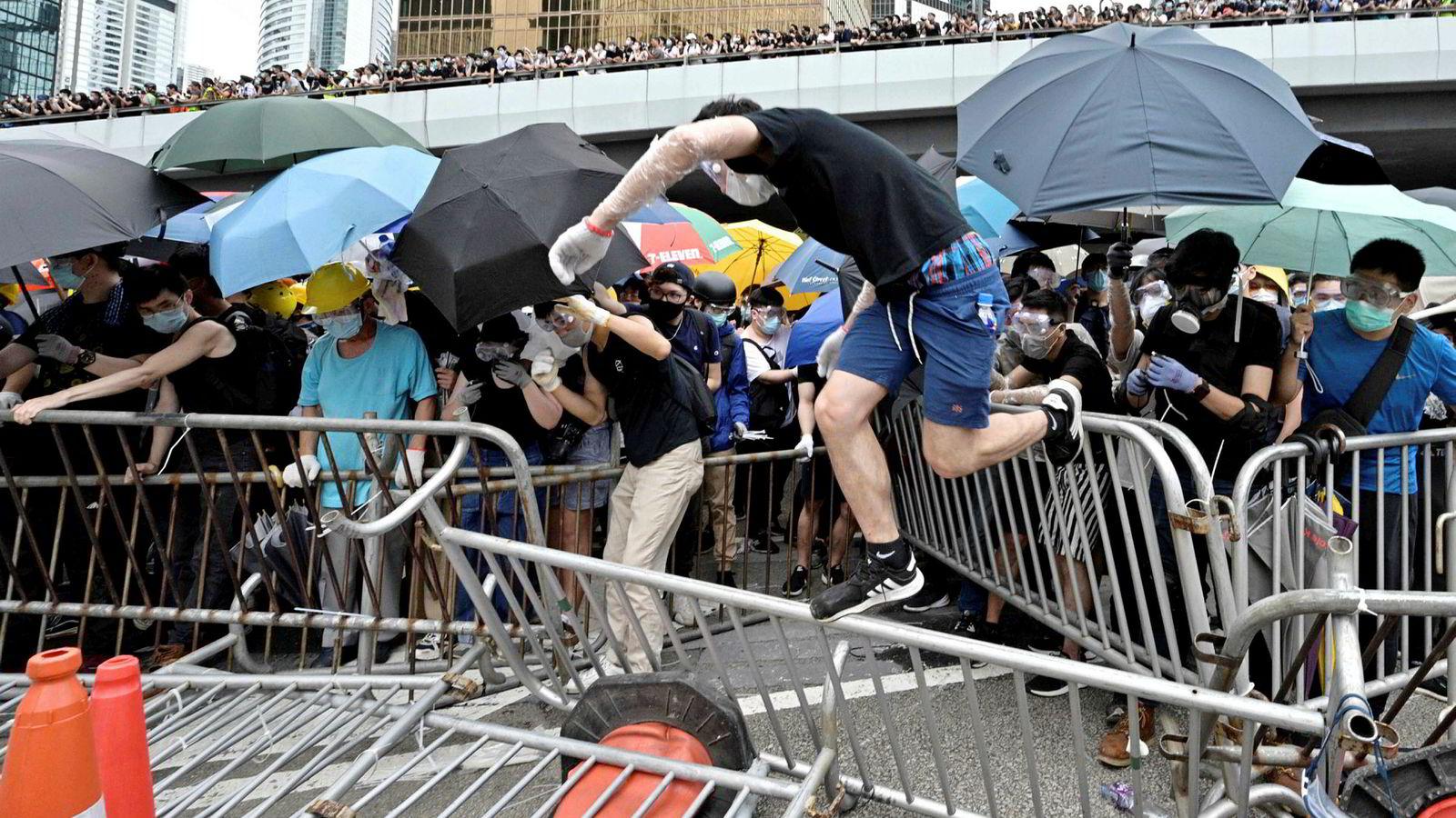 Etter uker med massive og stort sett fredelige protester mot en utleveringsavtale med Kina, ble konflikten i Hongkong skjerpet mandag. Politiet gikk rundt ved den lovgivende forsamlingen, der demonstranter blant annet hadde overmalt vegger med graffiti. I nærheten av myndighetenes hovedkvarter ble demonstrantene møtt med tåregass.