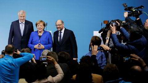 Tysklands statsminister Angela Merkel (i midten) møtte fredag pressen sammen med CSUs Horst Seehofer (til venstre) og SPDs Martin Schulz (til høyre).