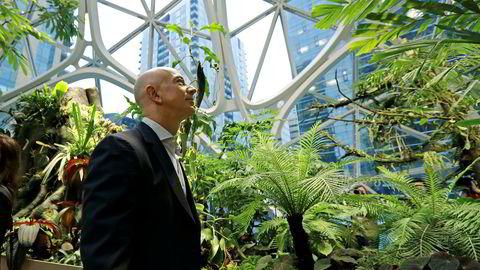 Amazons grunnlegger og sjef Jeff Bezos er fortsatt verdens rikeste person. Her spankulerer rundt i Amazon Spheres i selskapets hovedkvarter i Seattle.