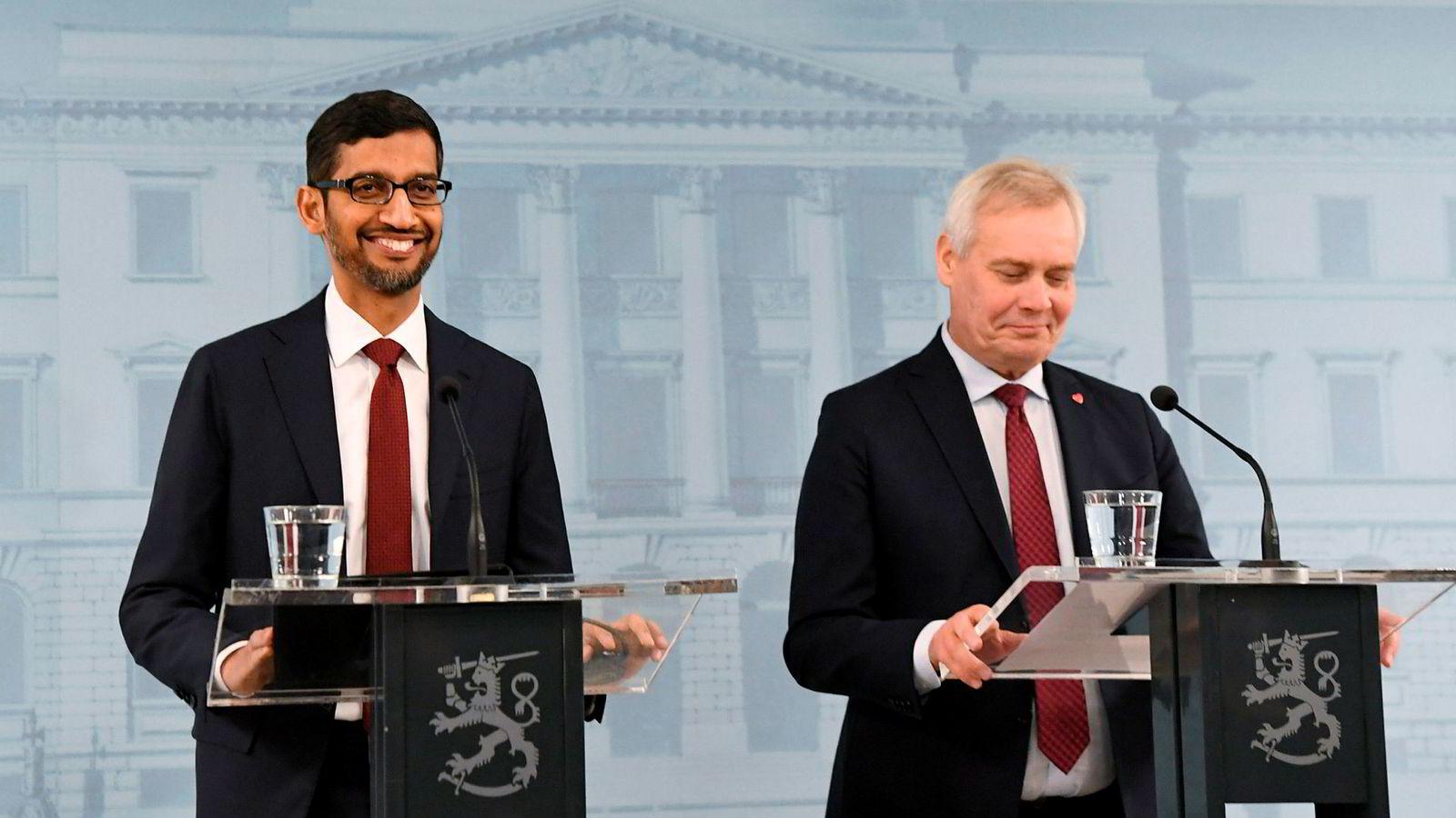 Finlands statsminister Antti Rinne (til høyre) sammen med Googles administrerende direktør Sundar Pichai på pressekonferansen i Helsingfors fredag.