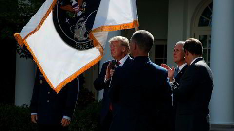 President Donald Trump applauderer mens det nye flagget til USAs romkommando heises opp