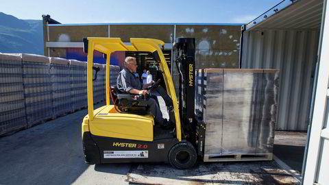 Her laster Håvard Frisvoll de siste pallene med norsk kildevann før containeren skal videre med skip til Dubai.